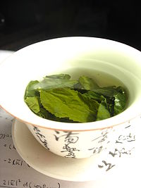 200px-Tea_leaves_steeping_in_a_zhong_čaj_05